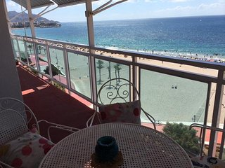 Benidorm playa Poniente,mar en pie.