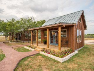 NEW Tiny Home Cabin, 10 minutes from Magnolia, Waco, Baylor