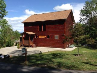 Recently Remodeled, AMAZING MOUNTAIN VIEWS, 3 miles to Downtown Gatlinburg