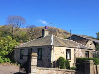 Balgedie Lodge, beautiful spot with easy access into Edinburgh Fringe + Festival