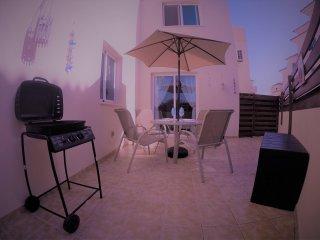 Aristo 2 bed apartment, com gym, pools, tennis courts. sleeps 6, 1 bath & wifi