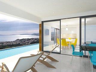 Beautiful Villa Royal 2, overflow Swimming Pool, BBQ, near the Sea, Sea view