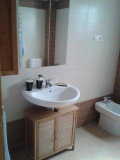 Amplio baño con plato ducha