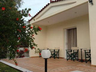 """Thalassa"" Garden Apartment by the beach"