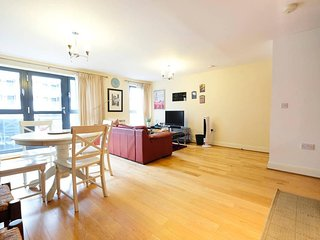 Modern 2Bed/2Bath/1Sofabed Apt London Bridge for 6 people + secure parking space