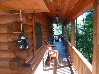 Bearfoot Hideaway Cabin-Fireplace, Hot Tub, Firepit, Foosball, Ping Pong 3TVs