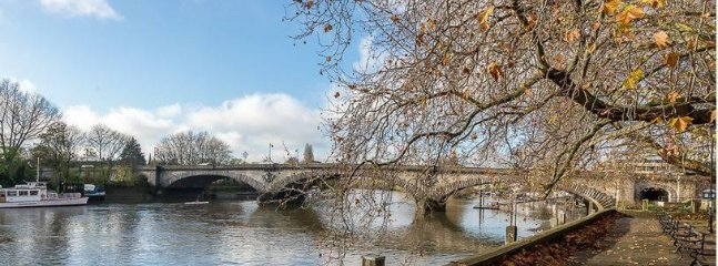 Kew Bridge and towparth