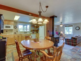 Single level cottage w/ fireplace; patio & firepit; walk to beach