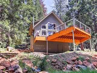 New! Cozy 3BR Cabin in Lake Almanor w/ Large Deck!