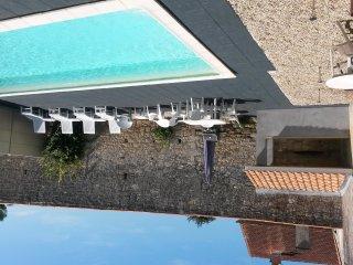 Wijn chateau met privezwembad aan dorpsplein op 10 km afstand van Oceaan