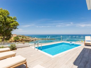 Villa Contessa, Premium Beachfront Villa with Pool & Panoramic Sea views!