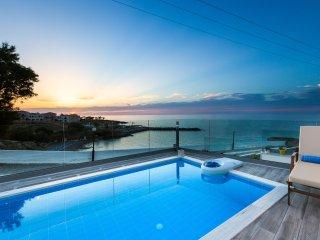 Villa Contessa, Premium Beachfront Accommodation with Pool & Panoramic Sea views