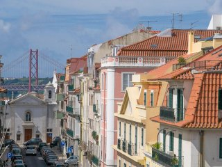 Tilty Lisbon Estrela apartment, quiet, beautiful views, WIFI