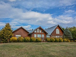 PANORAMIC HAPPINESS- 7 BEDROOMS, 4 BATH, SLEEPS 22, CABIN WITH A BEAUTIFUL
