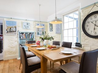 Port House - sleeps 8 in the heart of Falmouth with parking