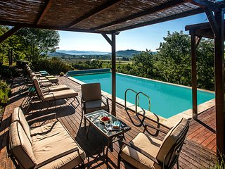 Casa Leana - Beautiful Farmhouse with Heated Pool, Games Room and Fabulous Views