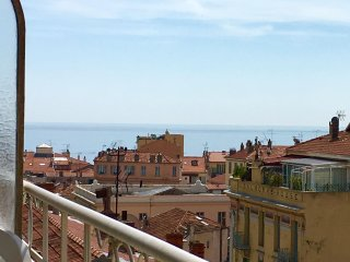 New 2 Bd Flat 74 sqm w/Seaview balcony, 100 meter beach, parking, Monaco, train