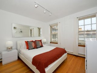Huge 4 Bed 1 Bath by Brooklyn Bridge + South Street Seaport. Fully equipped.
