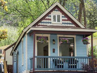 Charming Miner's Cottage, Downtown Glenwood Springs! Walk to Pool! JUNE SPECIAL!