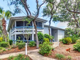 Cozy, ground-floor condo w/ shared pools & tennis courts - walk to the beach