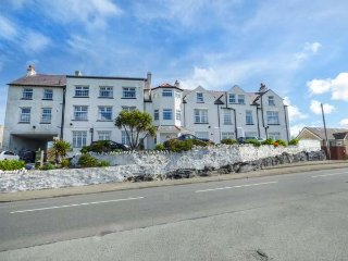 FLAT 12, king-size, sea front, open plan, Trearddur Bay, Ref 958253