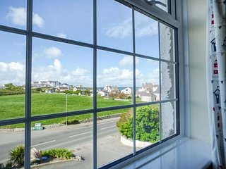 FLAT 6, king-size, sea front, open plan, Trearddur Bay, Ref 958245