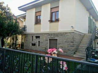 Ingresso indipendente da scale con uso giardino.