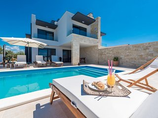 Luxurious Villa Anita with Heated Swimming Pool, BBQ, 150 meters from the Sea!