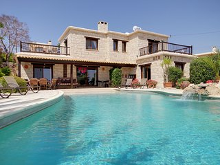 Villa Adonia, Luxury 4 bed, all ensuite, Stunning Infinty Pool and Sea views