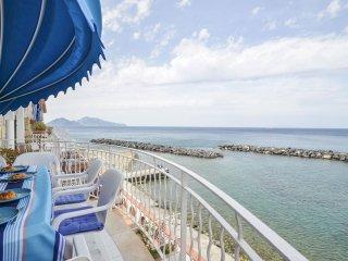 Villa del Sole located on the beach, walking distance to restaurants, sea view