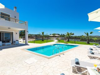 35 sq. m private swimming pool with sun beds, umbrellas and sitting areas