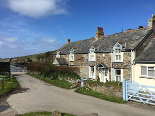 Beautiful Cornish House in Port Gaverne with Uninterrupted Sea Views, Sleeps 8