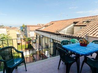 Appartamento con ampio soggiorno-cucina, 2 camere da letto,bagno e terrazzi