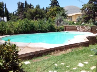 """Studio"" in villa with pool and garden shared"