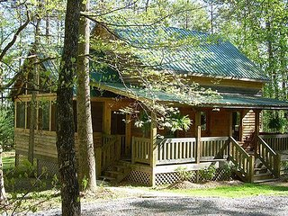 Cozy couples retreat near Wear's Cove entrance to GSMNP