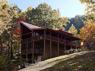 Beautifully spacious cabin with a valley view as well as a wooded area