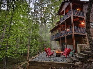 Deer View Lodge- Great Amenities in the Coosawattee River Resort- No Pets