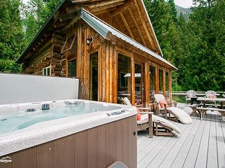 15% OFF MARCH SPECIAL-FAR AND AWAY Log Home, privacy, private beach, hot tub