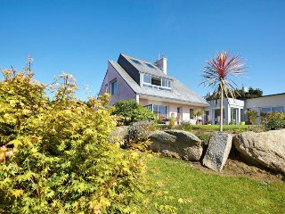 la Villa dans un environnement très verdoyant 3000 m2 de jardin !!!