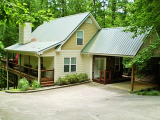 Cabin w/Creek in Helen*Walk to Water Park and Golf *Sunroom*Covered Porches*WiFi