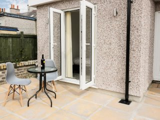 THE STUDIO, all ground floor annexe, open plan living, double bedroom, in Cemaes