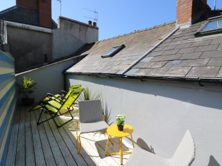 1 CHATSWORTH HOUSE, two-storey flat, spacious, modern, close to amenities, Tenby