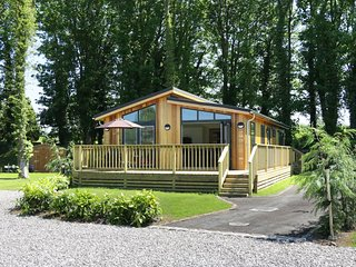 SQUIRREL LODGE, all ground floor luxury lodge, walks from the door, Gargrave, Re