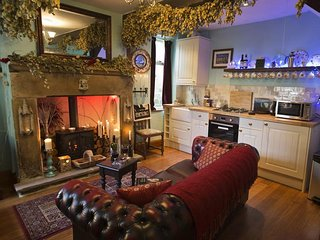 THE LITTLE ABSINTHE COTTAGE, stone-built cottage, open plan, WiFi, in Haworth
