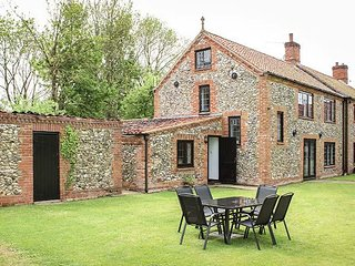 LITTLE FARM, sleeps six, open fire, large garden, pet friendly, Great Fransham,