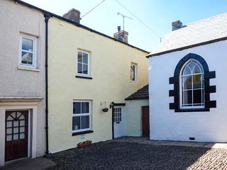 IVY COTTAGE, wood burner, quiet location, close to high street, in Kirkby Stephe