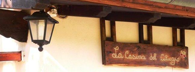 L'insegna intagliata nel legno della 'Casina del Ciliegi' o 'Cherrytree cottage'