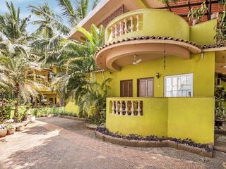 Cheerful 7-BR stay for a large group, 1.6 km from Candolim Beach