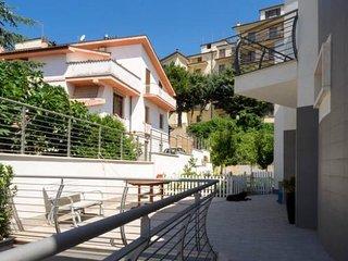 appartamento arredato brevi periodi in villa con giardino di recente costruzione
