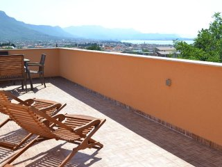 Stunning View Apt with huge Panoramic Terrace for 6 close to Trogir and Split